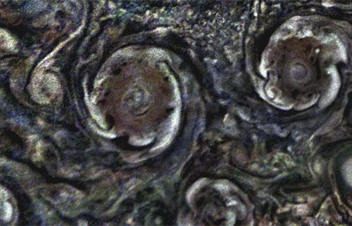 木星上的极地气旋会产生引人入胜的涡旋星团