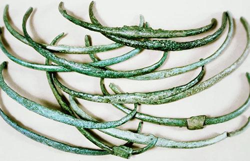 最早发现的钱,是一堆戒指和斧头