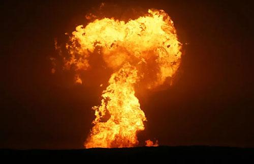 罕见的泥火山在里海爆发成高耸的地狱