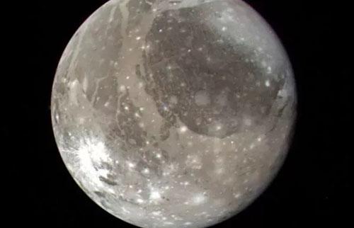 第一次在巨大的木星卫星木卫三上检测到水蒸气