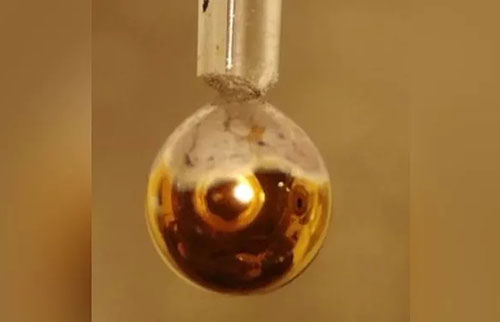 科学家将水变成闪亮的金色金属