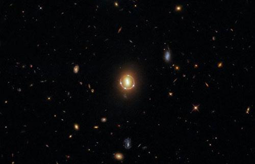 """哈勃从扭曲的类星体光中捕捉到""""爱因斯坦环""""的华丽图像"""