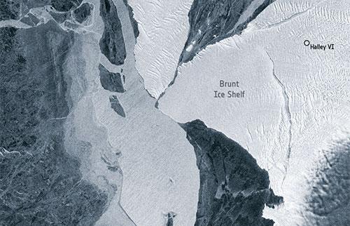 巨大的冰山险些与南极冰架相撞