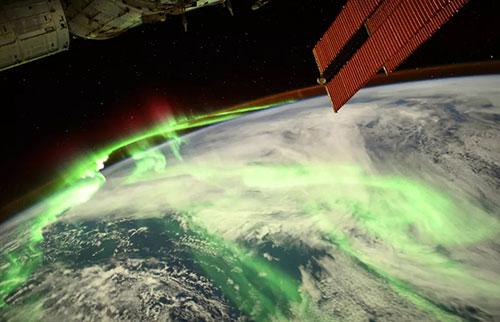 超亮的极光以令人难以置信的太空图像照亮了地球的夜晚